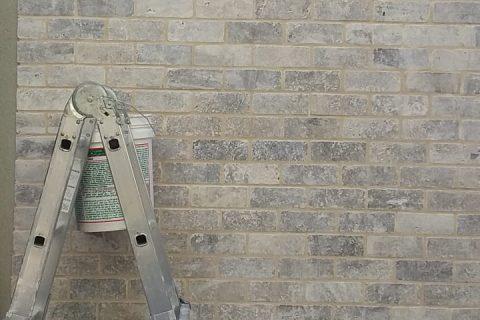 עבודת קיר חיצוני באבני בריק
